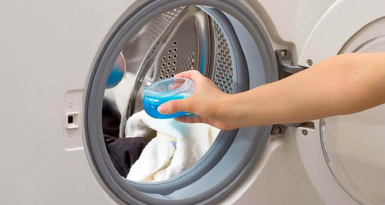 Жидкий стиральный порошок заливаем