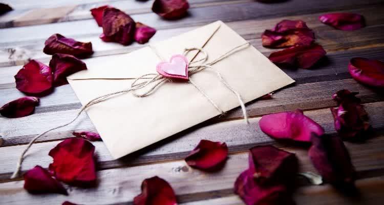 Конверт с сердцем и лепестками роз