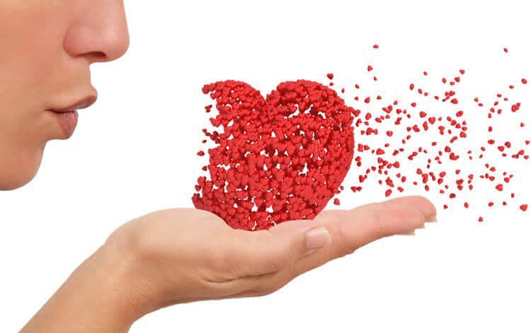 Девушка дует на сердце превращающееся в маленькие сердечки