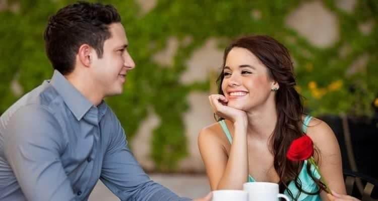 женщина общается с мужчиной за чашкой кофе