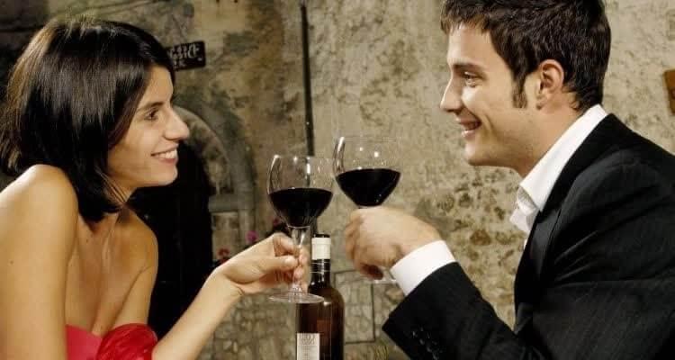 женщина с мужчиной пьют вино