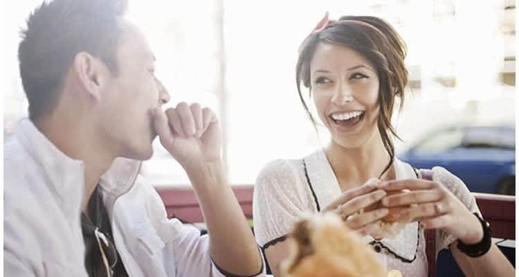 женщина смеется с мужчиной