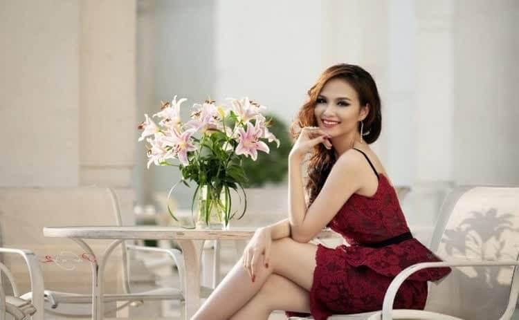 женщина за столом с цветами