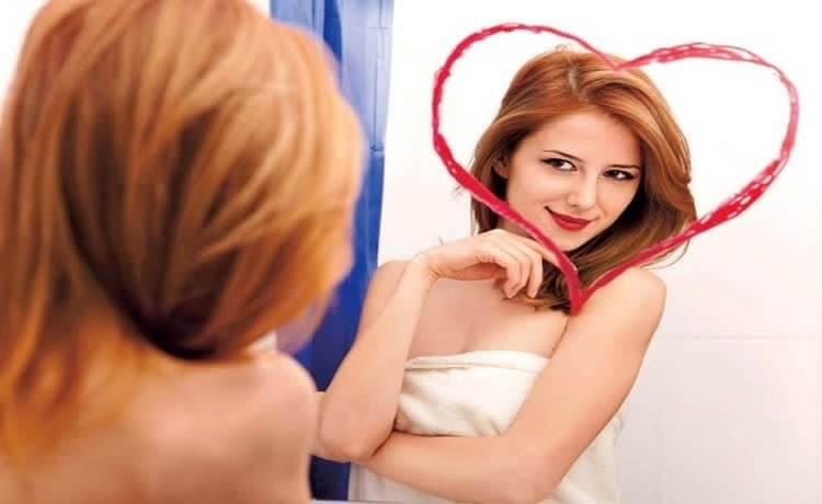 девушка в зеркале с сердцем