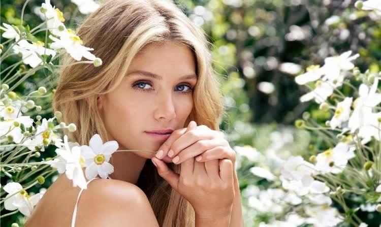 девушка с цветком