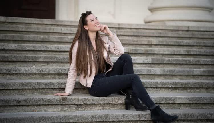 девушка сидит на лестнице
