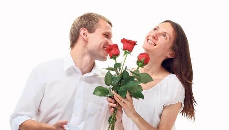 Женщина получила цветы от мужчины