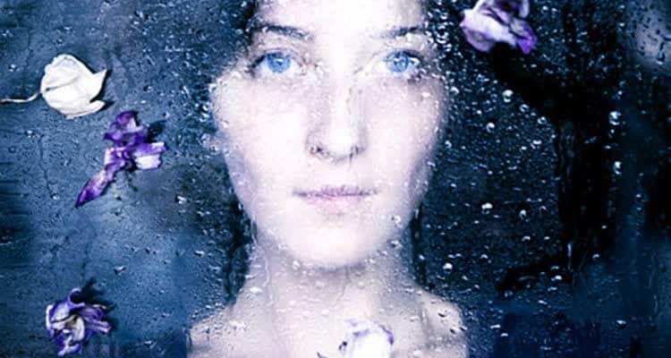 женщина за стеклом