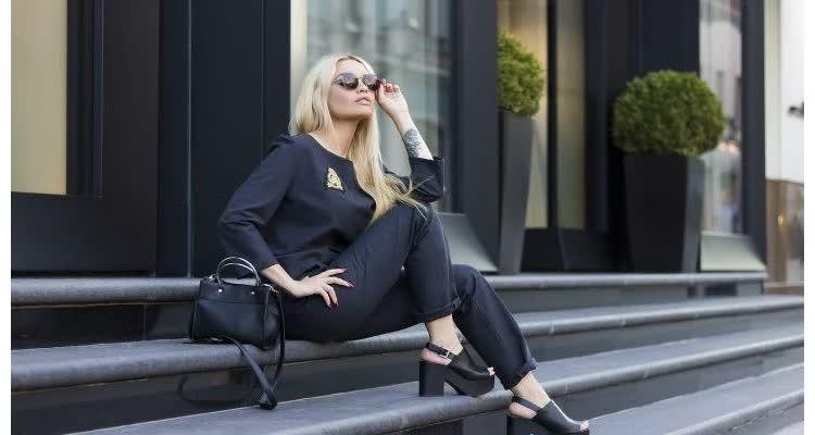 женщина сидит на ступеньках