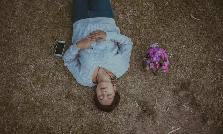 женщина лежит на земле