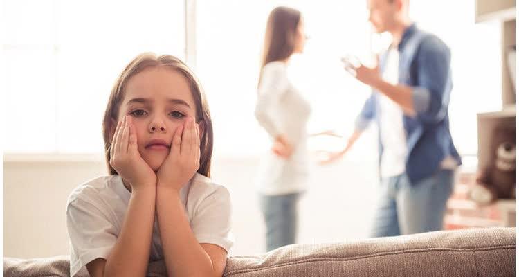 ребёнок на фоне ругающихся родителей