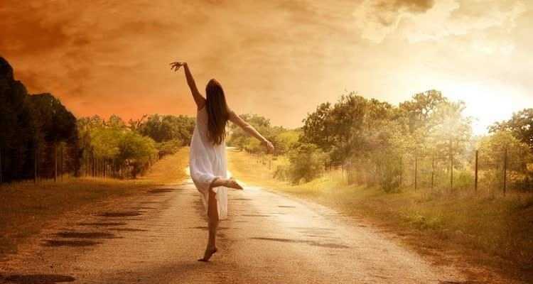 девушка на дороге танцует