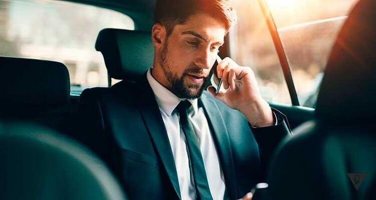 успешный человек в автомобиле