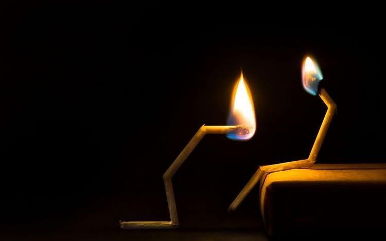 спички горят в поклоне