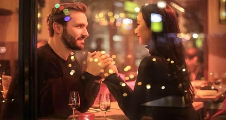 девушка с парнем конфетиль