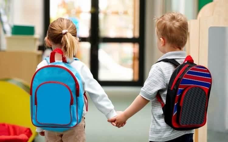девочка и мальчик идут на подготовку к школе