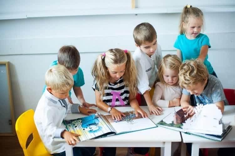 дети смотрят картинки