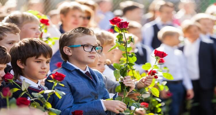 первоклассники с цветами