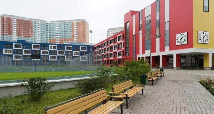 пустой двор школы