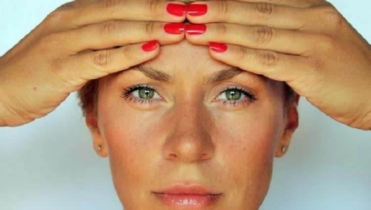 Огуречная маска и массаж в области вокруг глаз