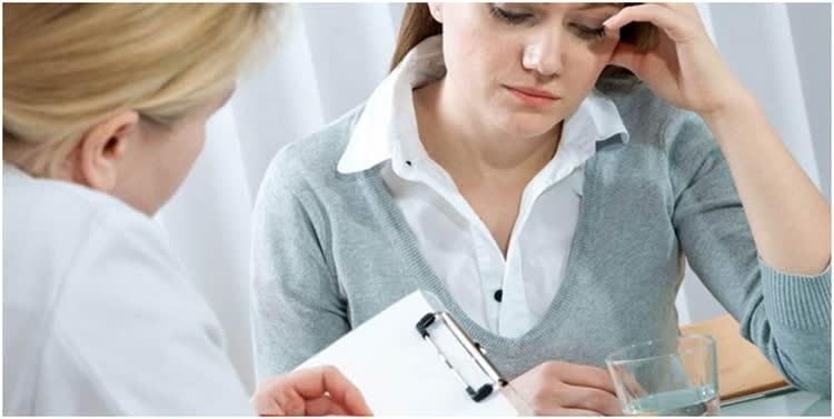 Девушка советуется с врачём