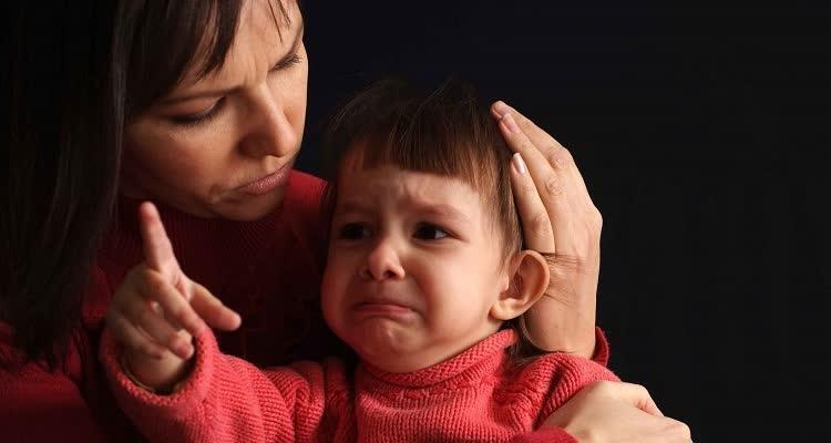 Мама успокаивает испуганного малыша