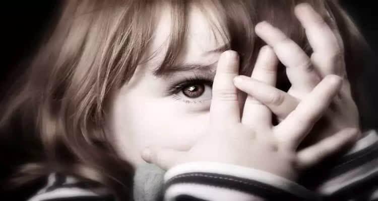 девочка закрывает лицо руками