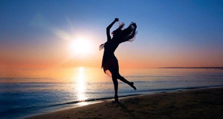 девушка на фоне морского заката