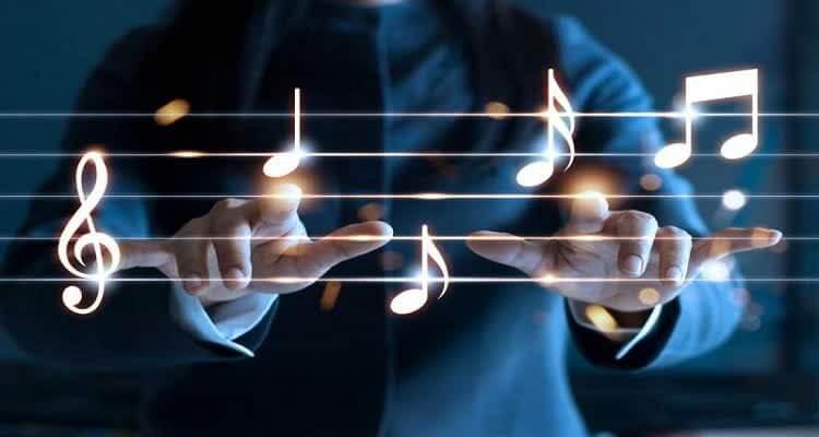 пальцы на светящихся нотах