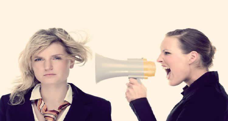 девушка кричит в ухо рупортом