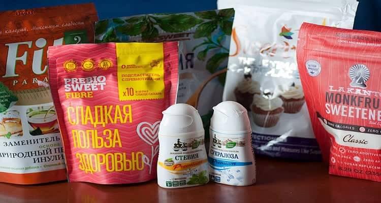 Заменители сахара в упаковке на столе