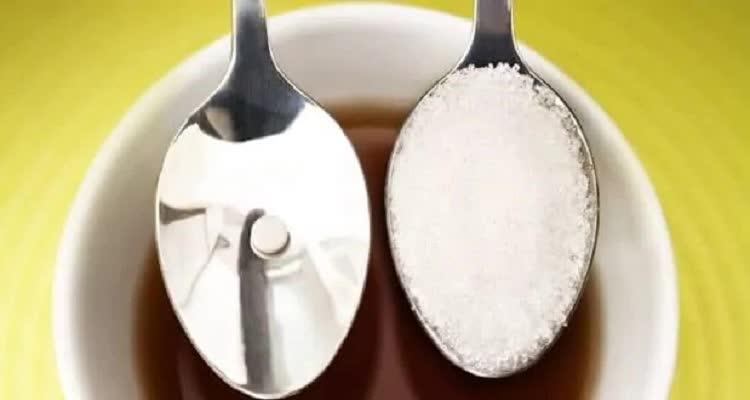 Ложка с сахаром и его заменителем