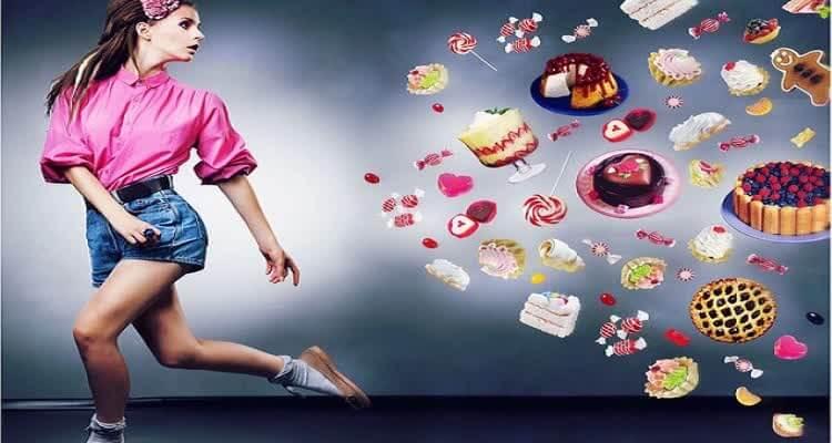 Девушка убегает от сладостей