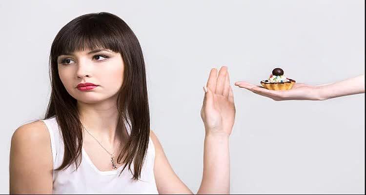 Девушка отказывается от сладкого пирожного