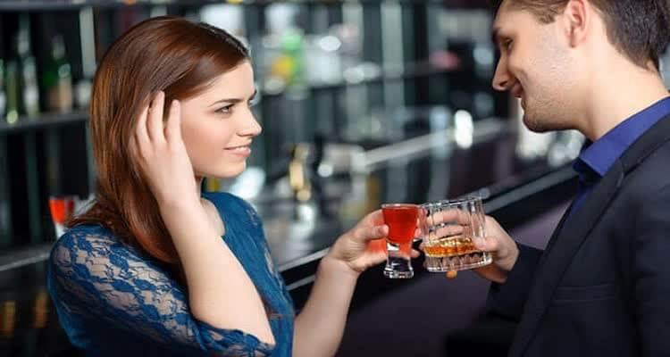 Девушка и парень с бокалами вина