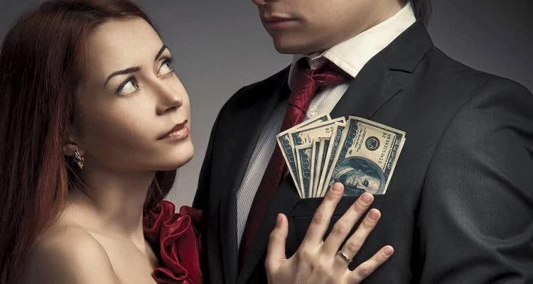 Женщина интересуется мужчиной с долларами в кармане