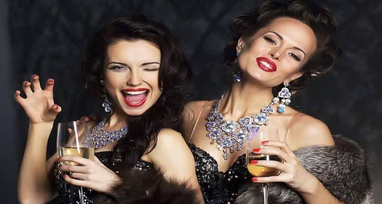 Женщины в бриллиантах с бокалами вина