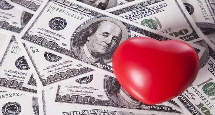 Сердце на фоне долларов