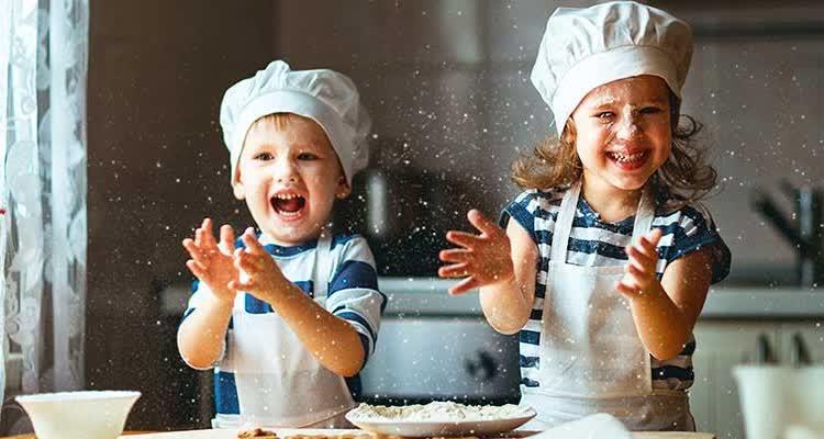 Дети играют на кухне в поварят