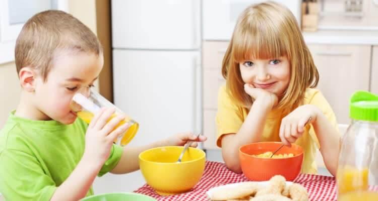 Девочка и мальчик едят вместе