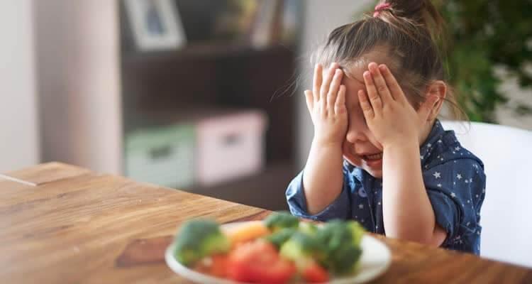 Девочка не хочет есть закрыв лицо руками