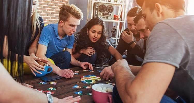 Друзья играют в настольные игры