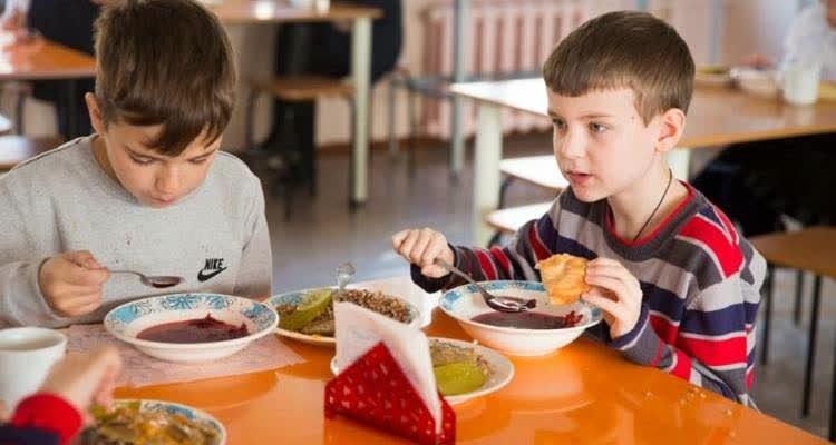 Мальчики кушают в детском саду