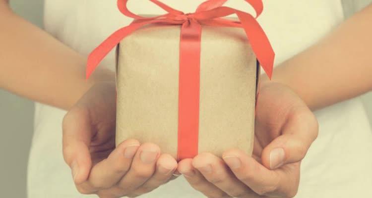 Подарок в коробке с красной лентой