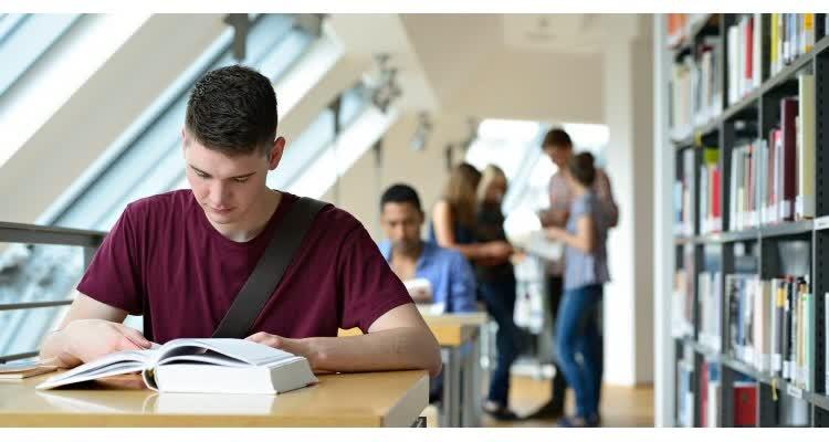 Стеснительный парень в библиотеке