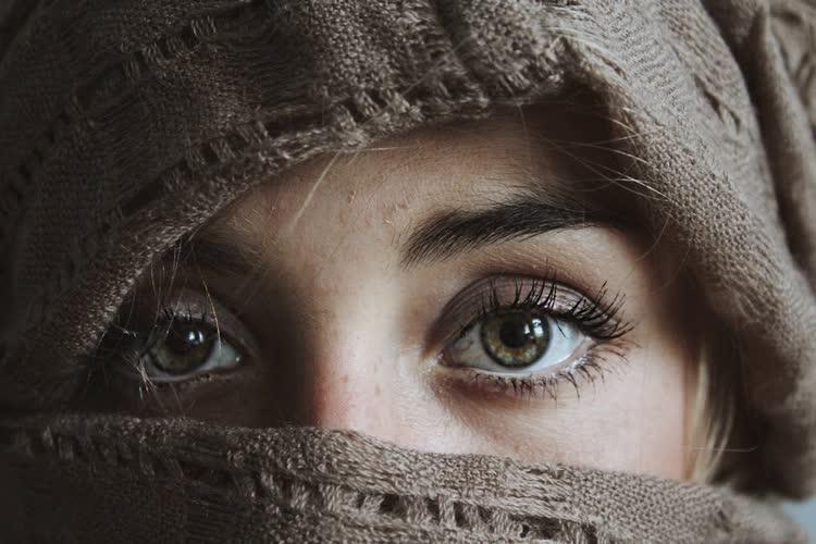 Девушка с закрытым лицом