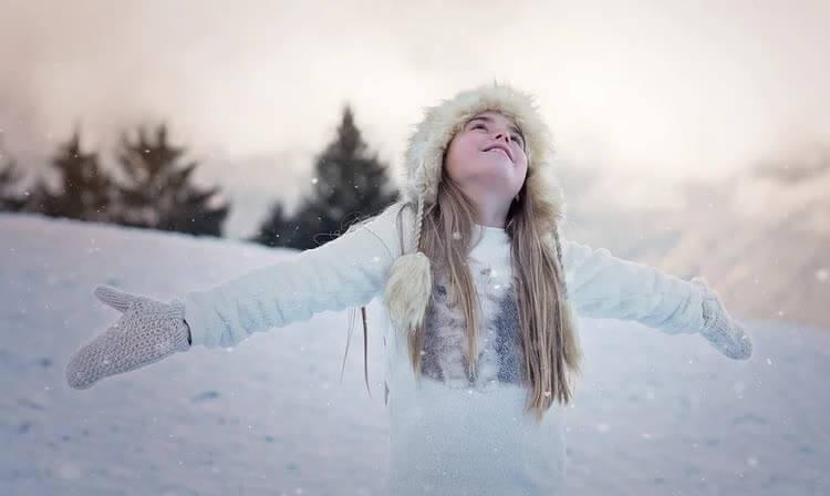 Девушка в шубе на улице зимой