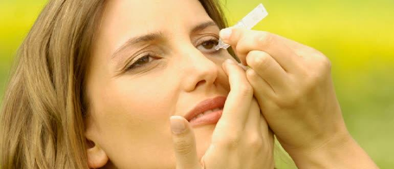 Instilling vitamin drops for the eyes