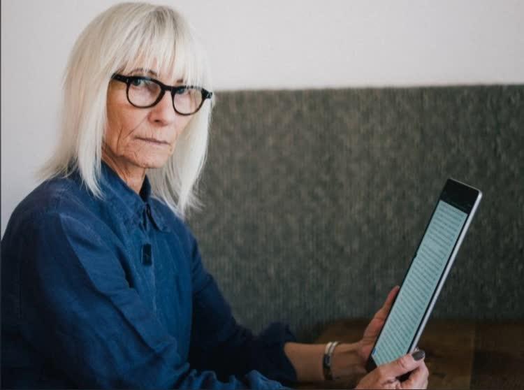 Пожилая женщина читает о складках на лице