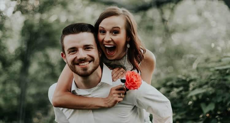 Девушка с цветком на спине у парня